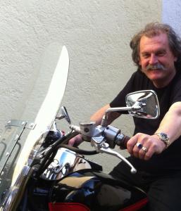 Helmut mit Motorrad